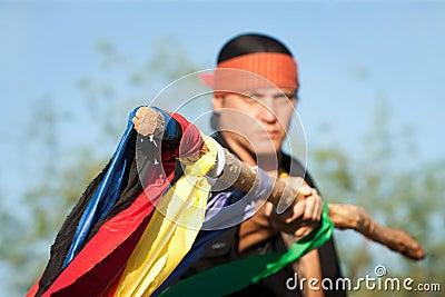 Inheemse Amerikaanse mens met kleurrijke vlaggen