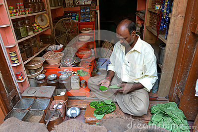 Inidan mężczyzna Sprzedaje liść Fotografia Editorial