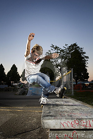 Free Inline Skater Doing A Grind On Bench Royalty Free Stock Images - 6651799