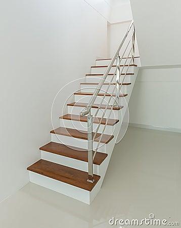Innen   hölzerne treppe und handlauf stockfoto   bild: 74900541