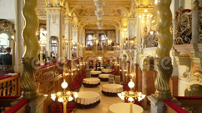 Innenraum des berühmten Cafés New York in Boscolo-Hotel in Budapest stock video