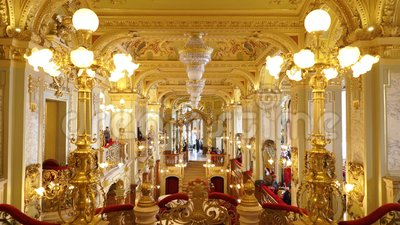 Innenraum des berühmten Cafés New York in Boscolo-Hotel in Budapest stock video footage