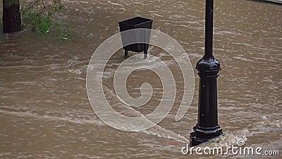 Inondazione dopo pioggia persistente nella zona residenziale possibilità remota 4K video d archivio