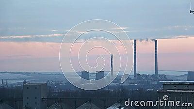 Inquinamento dell'industria, ciminiera di un impianto che fuma all'orizzonte archivi video