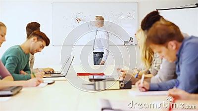 Insegnante che spiega economia di affari