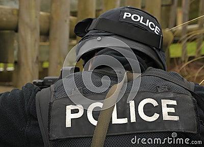 Insignia de la POLICÍA en el uniforme del GOLPE VIOLENTO
