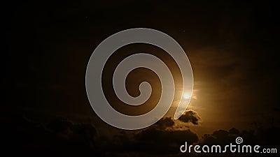 Inspiracyjny księżyc i gwiazdy na pomarańczowym nocnym niebie, chmurny film poklatkowy 4k zbiory wideo