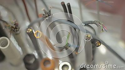 A instalação de seções do cabo fios no suporte na exposição vídeos de arquivo