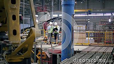 Installations de production de briques avec deux ouvriers masculins à l'intérieur clips vidéos