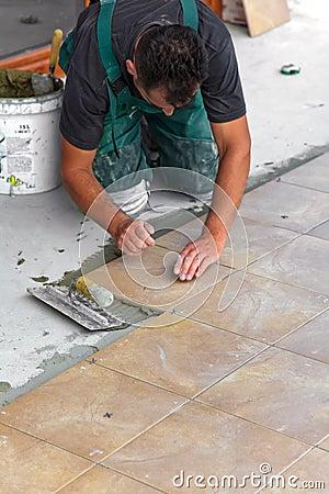 Installazione delle mattonelle di pavimento