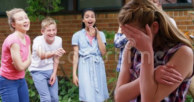 Instruisez les amis intimidant une fille triste dans les lieux 4k d'école clips vidéos