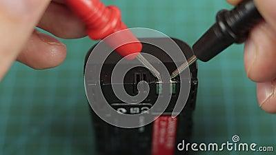 Instrumento electrónico multimedidor que mide la tensión en la batería de litio Cerrar almacen de video