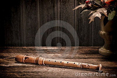 Instrumento musical antigo da flauta de madeira velha do registrador