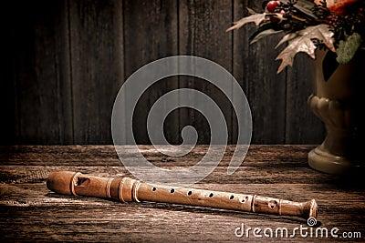 Instrumento musical antiguo de la flauta de madera vieja del registrador