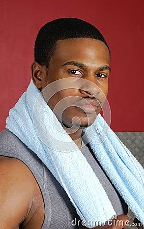 Instrutor do americano africano com toalha