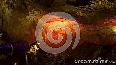 Intérieur de la grotte faiblement éclairée banque de vidéos