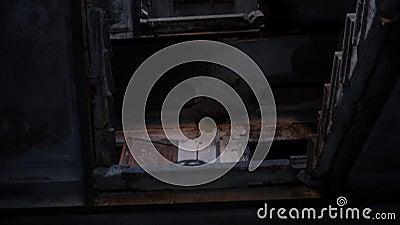 Intérieur et escalier d'une maison brûlée, incendie et destruction, banque de vidéos