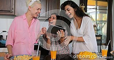 Intérieur moderne parlant de Chambre de studio de cuisine de Juice Cooking Breakfast Women In de tintement de tablette d'utilisat banque de vidéos