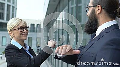 Inteligentna blondynka, która daje koleżance mężczyzny wysoki, pięć gestów, zwycięzcy biznesu zdjęcie wideo