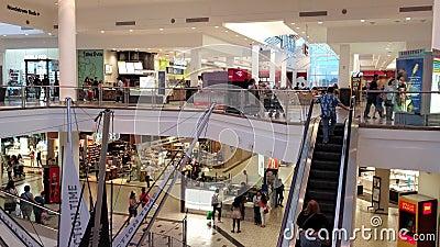 Interieurvisie van het winkelcentrum van West-Covina stock video