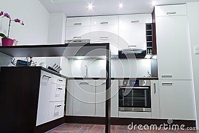 Interior brilhante moderno da cozinha