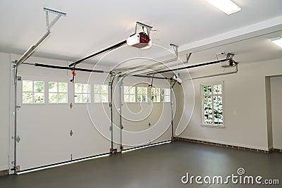 Interior da garagem de dois carros