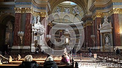 Interior de la basílica Szent Istvan Bazilika de St Stephen almacen de metraje de vídeo