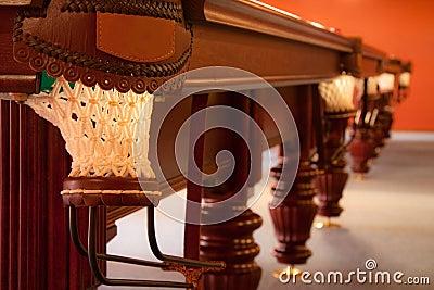 Interior de um clube que tem a tabela de bilhar