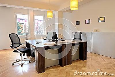 Interior de una oficina con las sillas