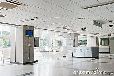 Interior do corredor dentro de um hospital moderno