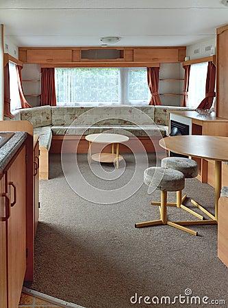 Interior do vagão da caravana, sala de visitas principal.