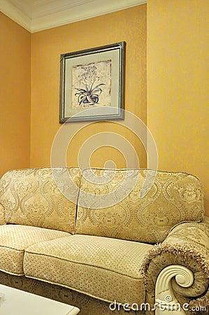 Interiore della stanza e sofà del panno