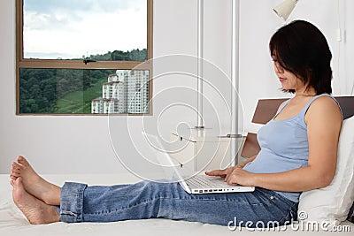 Internet praticante il surfing della donna