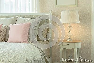 Interno accogliente della camera da letto con i cuscini e for Interno per cuscini
