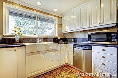 Interno bianco della cucina con il grandi lavandino e - Cucine con finestra ...