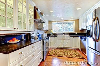 Interno bianco della cucina con il grandi lavandino e - Cucina con finestra ...