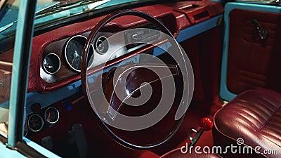 Interno del Bordeaux dell'automobile d'annata stock footage