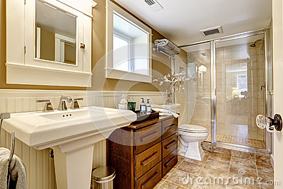 interno moderno del bagno con la doccia di vetro della porta ... - Design Della Porta In Legno Moderno Con Vetro