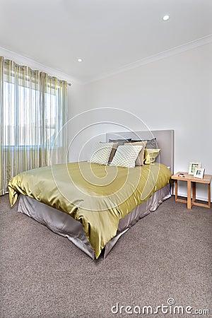 Interno moderno del letto con più spazio sul pavimento fotografia ...