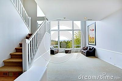 Interno vuoto luminoso della casa con la grande finestra - Maniglia finestra gira a vuoto ...