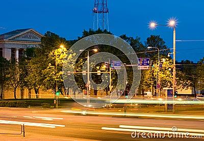 Intersection occupée de nuit