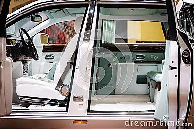 Int rieur de rolls royce phantom salon de l 39 automobile for Interieur rolls royce