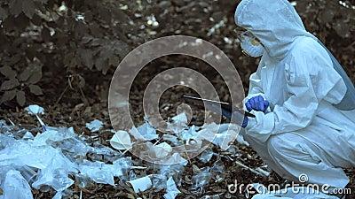 Investigador analizando el nivel de contaminación ambiental en vertederos plásticos metrajes