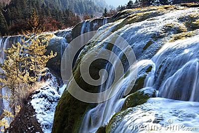 Invierno del valle del jiuzhai de la cascada del bajío de la perla