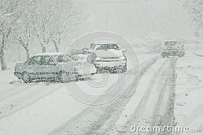 Invierno que conduce en los caminos helados