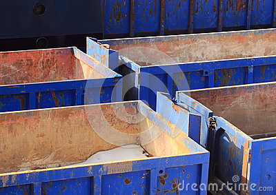 Inzameling van lege blauwe containers in de winter