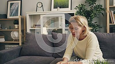 Inzoomen van het droevige vrouwelijke geduldige schreeuwen in het bureau van de therapeut tijdens overleg stock footage