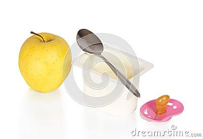 Iogurte, maçã e a chupeta