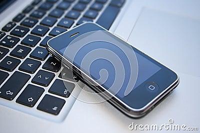 IPhone 3GS och Pro Macbook Redaktionell Foto