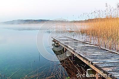 Irlandzki jezioro przed wschodem słońca